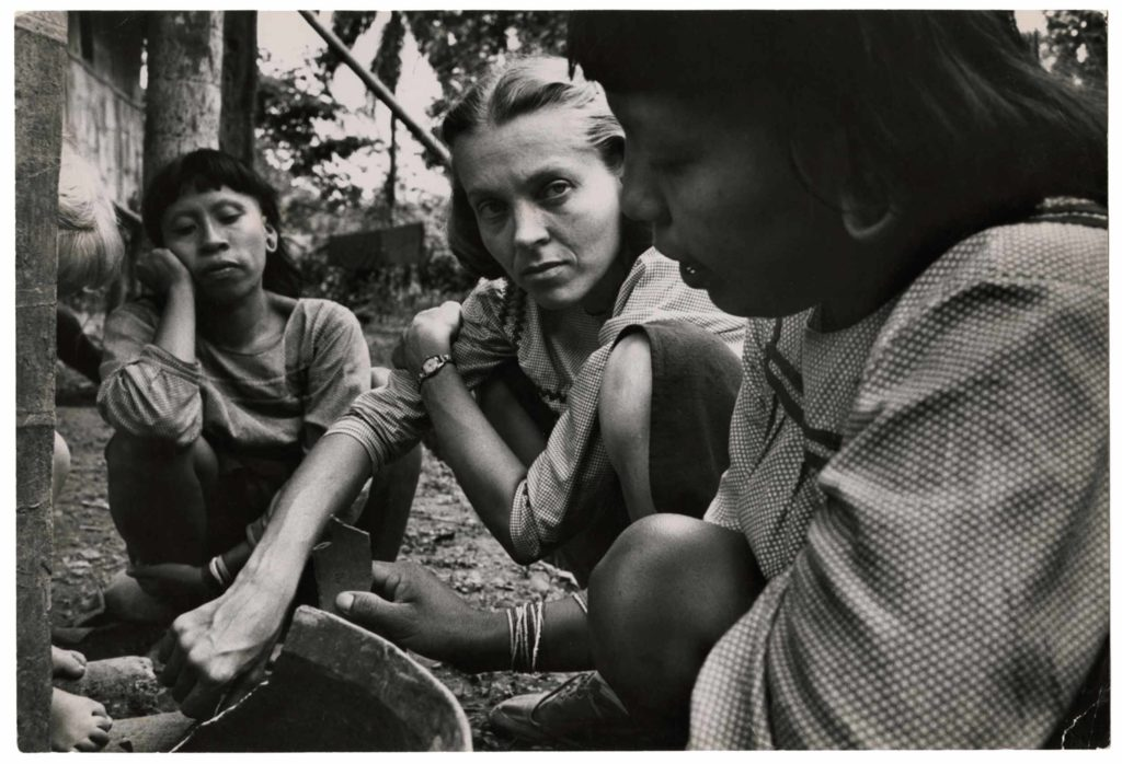 Elisabeth Elliot with Mintaka and Mankamu, Tiwaenu River, Ecuador / Cornell Capa © International Center of Photography/Magnum Photos.